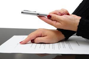 zakenvrouw met een pen om een overeenkomst te ondertekenen foto