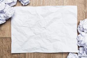verfrommelde proppen papier met blanco papier foto