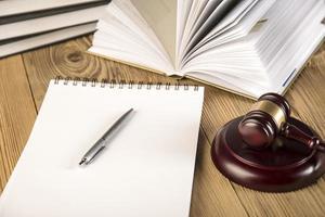 slotspeech, Vrouwe van Justitie, voorzittershamer en boeken over hout foto