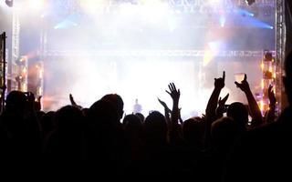 juichende menigte op concert foto