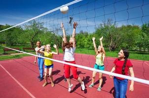 volleybalwedstrijd onder tieners die spelen foto