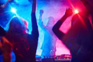 deejay en dansers foto