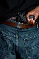 gangster met geweer in de riem