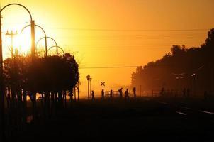 mensen lopen in een prachtige zonsondergang foto
