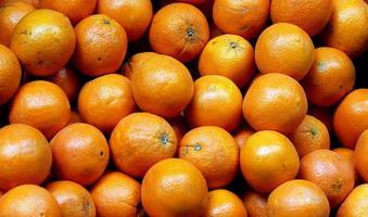 stelletje verse sinaasappelen op de markt. selectieve aandacht foto