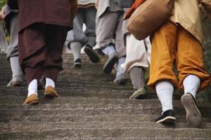 bedevaart van boeddhistische monnik foto
