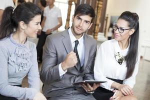 zakenman werken op de digitale tablet