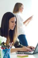 twee zakenvrouw werken in haar kantoor. foto