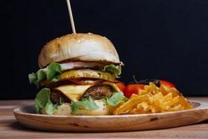 hamburger op zwarte achtergrond met copyspace