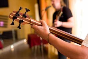 muzikant speelt op basgitaar # 2