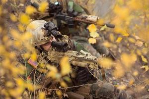 ons soldaten team gericht op een doelwit van wapens foto