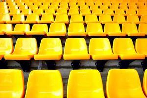 gele plastic stoelen foto