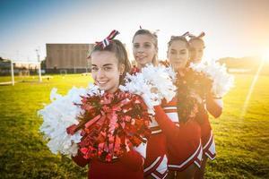 groep cheerleaders in het veld foto