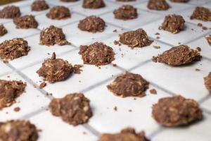 geen gebakken ongekookte koekjes met gebroken rommelige brokstukken foto