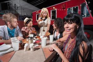 vrouw met vrienden aan mobiele café tafel foto