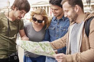 groep mensen die de juiste richting proberen te vinden foto