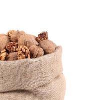 close up van volle zak met walnoten. foto