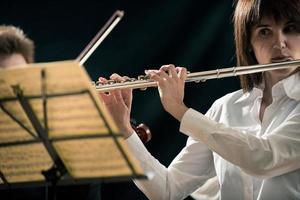 professionele fluitist op het podium foto