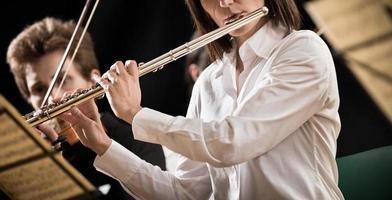 fluitist op het podium foto