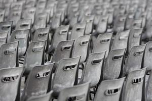 grijze en oude stoelen foto