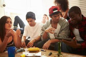 bende van jonge mensen met drugs en pistool foto