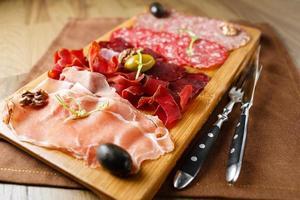 verscheidenheid aan vlees, worst, salami, ham, olijven foto