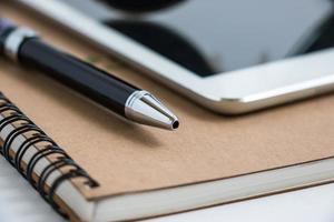 zet een pen op tablet en notebook. stop met werken. foto