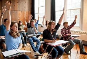 middelbare scholieren die hun handen opsteken in een klaslokaal foto