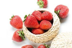 mooie aardbeien die op wit worden geïsoleerd foto