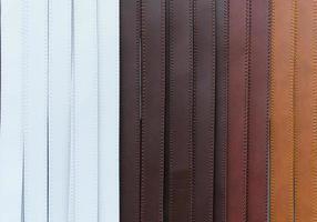 kleurrijke broek lederen riem foto