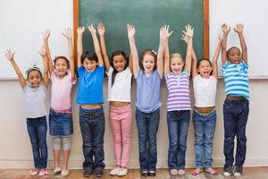 schattige leerlingen glimlachen op camera in klas foto