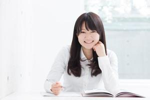 jong meisje studeren foto