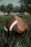 voetbal in gras foto