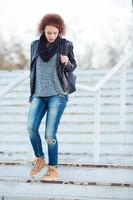 vrouw met krullend haar trap buiten lopen foto