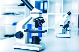 laboratorium microscoop lens. moderne microscopen foto