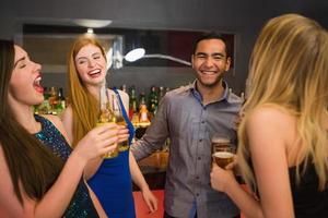 lachende vrienden die bier drinken foto