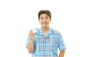 man drinkt zoet water foto