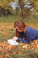 mooi meisje met een open boek foto