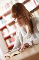 jonge student in een bibliotheek