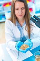 meisje in het laboratorium van voedselkwaliteit test peulvruchten graan