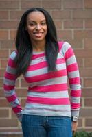 behoorlijk gelukkig Afro-Amerikaanse student vrouw op de campus foto