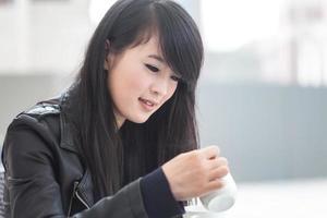 mooie jonge vrouw drinkt koffie foto