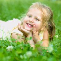 jong meisje speelt buiten foto