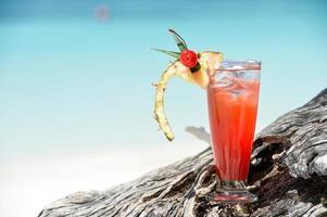 fruitige mocktaildrank op strand