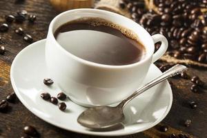 warme zelfgemaakte zwarte koffiedrank foto