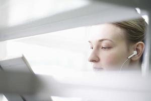 vrouw leesboek tijdens het luisteren van muziek foto