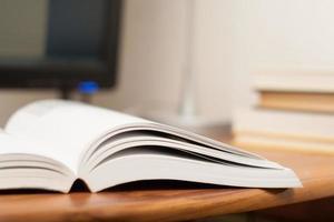 open boek op een werktafel foto