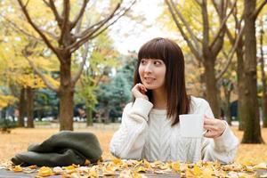 vrouw die koffie drinkt foto