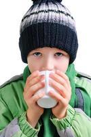 de jongen drinkt thee