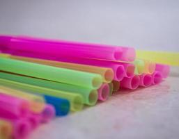 gestapelde veelkleurige plastic rietjes foto